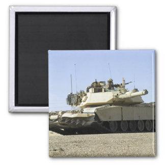 US-Marinesoldaten stellen Sicherheit in einem Quadratischer Magnet