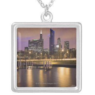 USA, Illinois-, Chicago-, Stadt-Skyline und Versilberte Kette