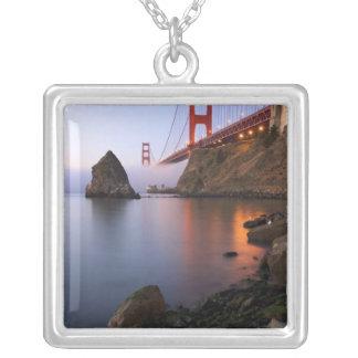 USA, Kalifornien, San Francisco. Golden Gate Halskette Mit Quadratischem Anhänger