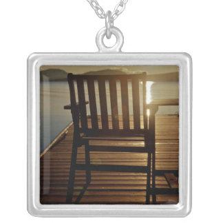 USA, Maine, Rockwood. Ein Stuhl mit Blick auf Versilberte Kette
