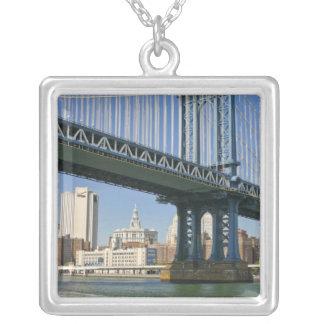 USA, New York, New York City. Manhattan-Brücke Versilberte Kette