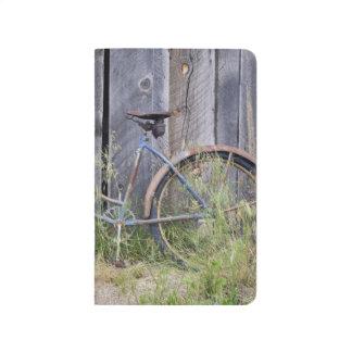 USA, Oregon, Biegung. Ein verfallenes altes Taschennotizbuch