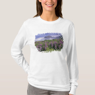 USA, Oregon, Nesika Strand. Lupine und Oregon T-Shirt