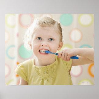 USA, Utah, Lehi, (2-3) bürstende Zähne des Mädchen Posterdrucke