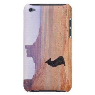 USA, Utah, Monument-Tal, Hund, der auf Felsen iPod Touch Case-Mate Hülle