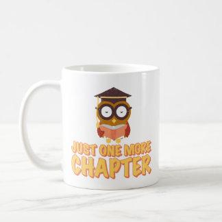ust eine weitere Kapitel-kluge Eule, die ein Buch Kaffeetasse