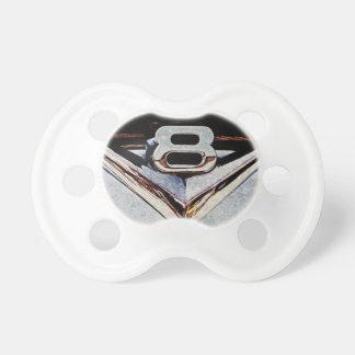 V8-Power-Chrom-Emblem auf Hotrod Schnuller