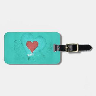Valentinsgrußherz auf einem grünen kofferanhänger