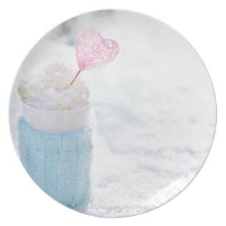 Valentinstag-Getränk w peitschte Creme-nahes hohes Teller