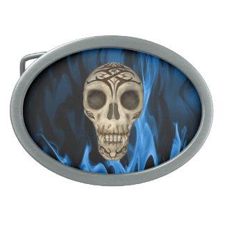 Vampirs-Schädel in den blauen Flammen Ovale Gürtelschnallen