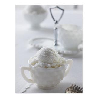 Vanilleeiscreme in einer weißen Umwelt Postkarten