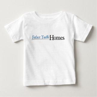 Vater Taaffe steuert Baby-T - Shirt automatisch an