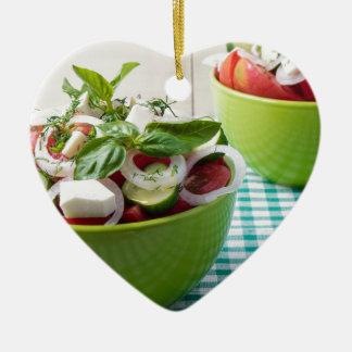 Vegetarischer Gemüsesalat mit roher Tomate Keramik Ornament