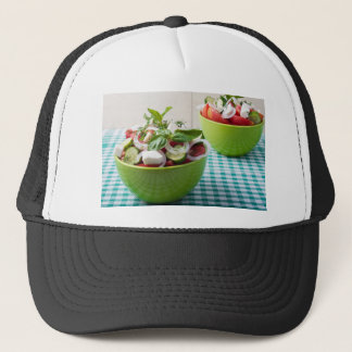 Vegetarischer Gemüsesalat mit roher Tomate Truckerkappe