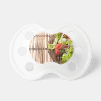 Vegetarischer Salat vom Frischgemüse auf einem Schnuller