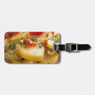 Vegetarischer Teller der gedämpften Kartoffeln und Gepäckanhänger