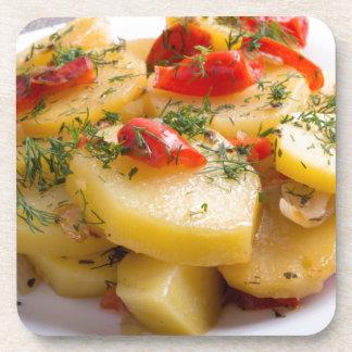 Vegetarischer Teller der gedämpften Kartoffeln und Getränkeuntersetzer