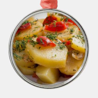 Vegetarischer Teller der gedämpften Kartoffeln und Silbernes Ornament