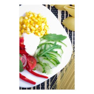 Vegetarischer Teller des rohen Gemüses und des Briefpapier