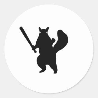 Verärgertes Eichhörnchen mit Baseballschläger Runder Aufkleber