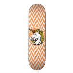 Verärgertes Einhorn; Orange und weiße Zickzack Individuelle Skateboards