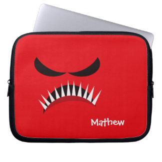 Verärgertes Monster mit den bösen Blicken und Laptopschutzhülle