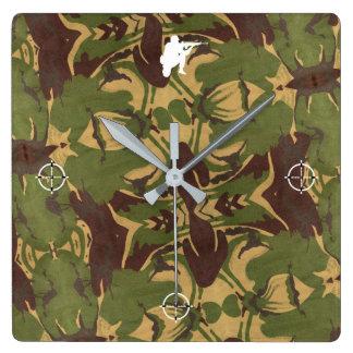 Verblaßte Camouflage. Seien Sie unbekannt! Quadratische Wanduhr