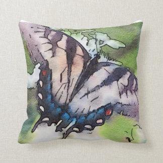 Verblaßter Aquarell-Schmetterling über Hydrangea Kissen