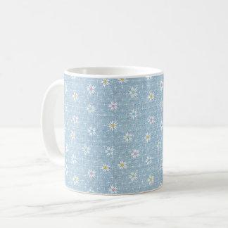 Verblaßter hellblauer Denimblick mit Blumen Kaffeetasse