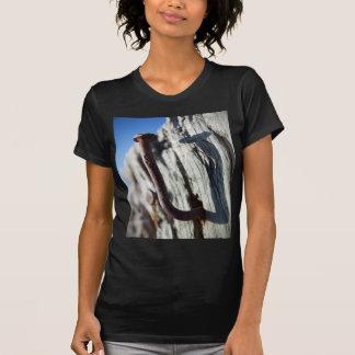 Verbogener Nagel im Sun T-Shirt