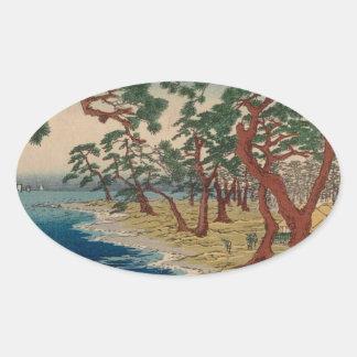 Verdrehte Bäume durch das Ufer Ovaler Aufkleber