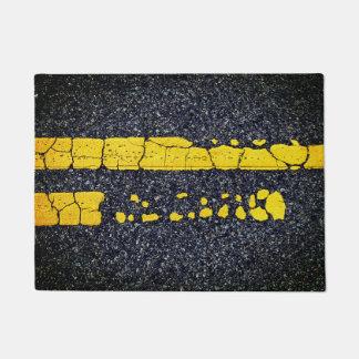 Verfallene doppelte gelbe Linie Türmatte