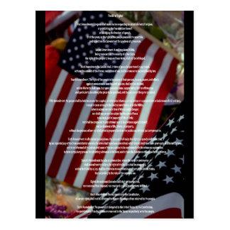 Verfassungsurkunde und Flagge Postkarte