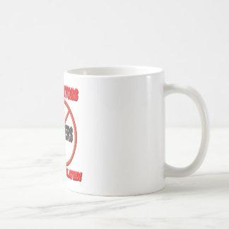 Verfolger werden verletzt kaffeetasse