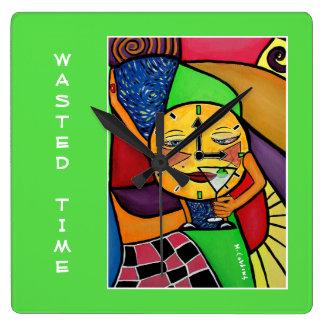 Vergeudete Zeit auf hellgrünem Quadratische Wanduhr