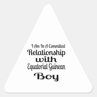 Verhältnis zum äquatorialen guineischen Jungen Dreieckiger Aufkleber