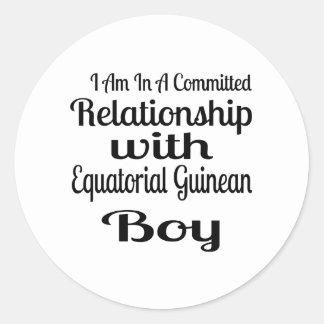 Verhältnis zum äquatorialen guineischen Jungen Runder Aufkleber