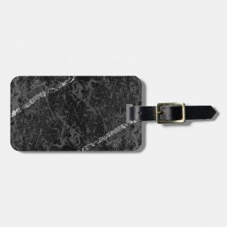 Verkratzte schwarze Wand mit weißen Streifen Kofferanhänger