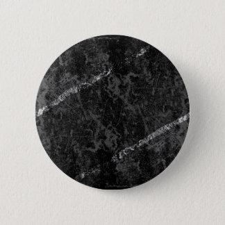 Verkratzte schwarze Wand mit weißen Streifen Runder Button 5,1 Cm
