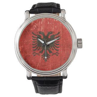 Verkratzte und getragene Vintage albanische Flagge Armbanduhr