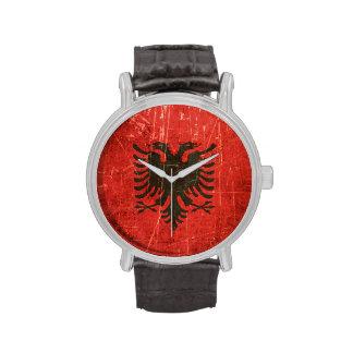 Verkratzte und getragene Vintage albanische Flagge Uhren