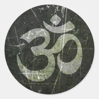 Verkratztes und getragenes Yoga-OM-Symbol Runder Aufkleber