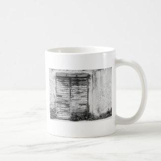 Verlassener Geschäft vergessener bw Kaffeetasse