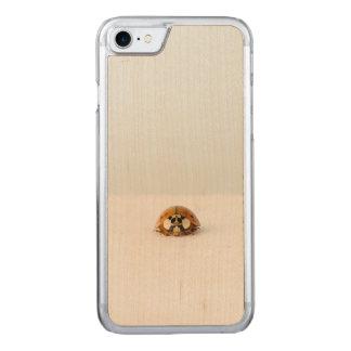 Verlorener Marienkäfer Carved iPhone 8/7 Hülle