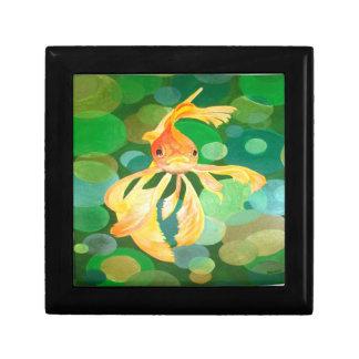 Vermilion Goldfisch-Schwimmen im grünen Meer der Erinnerungskiste