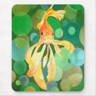 Vermilion Goldfisch-Schwimmen im grünen Meer der Mousepad