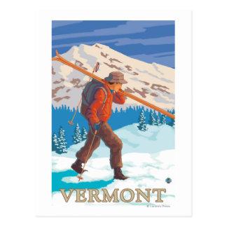 VermontSkier tragende Skis Postkarte