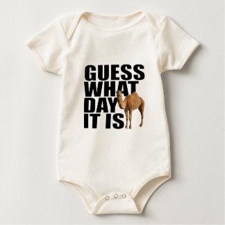 Vermutung, welchen Tag es Buckel-Tageskamel ist Baby Strampler
