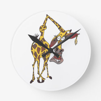verrückte lustige Giraffe mit Ohrring Runde Wanduhr
