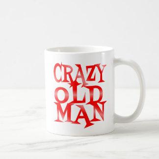 Verrückter alter Mann im Rot Tasse